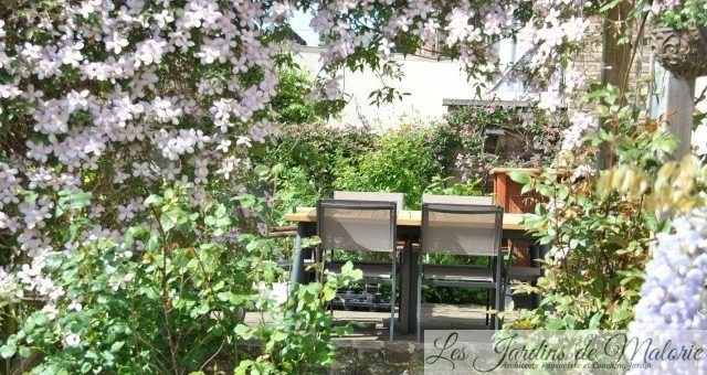 Déjeuner dehors… Une table et 6 chaises!