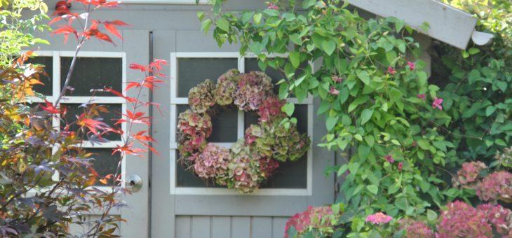Couronne d'automne piquée d'hortensia