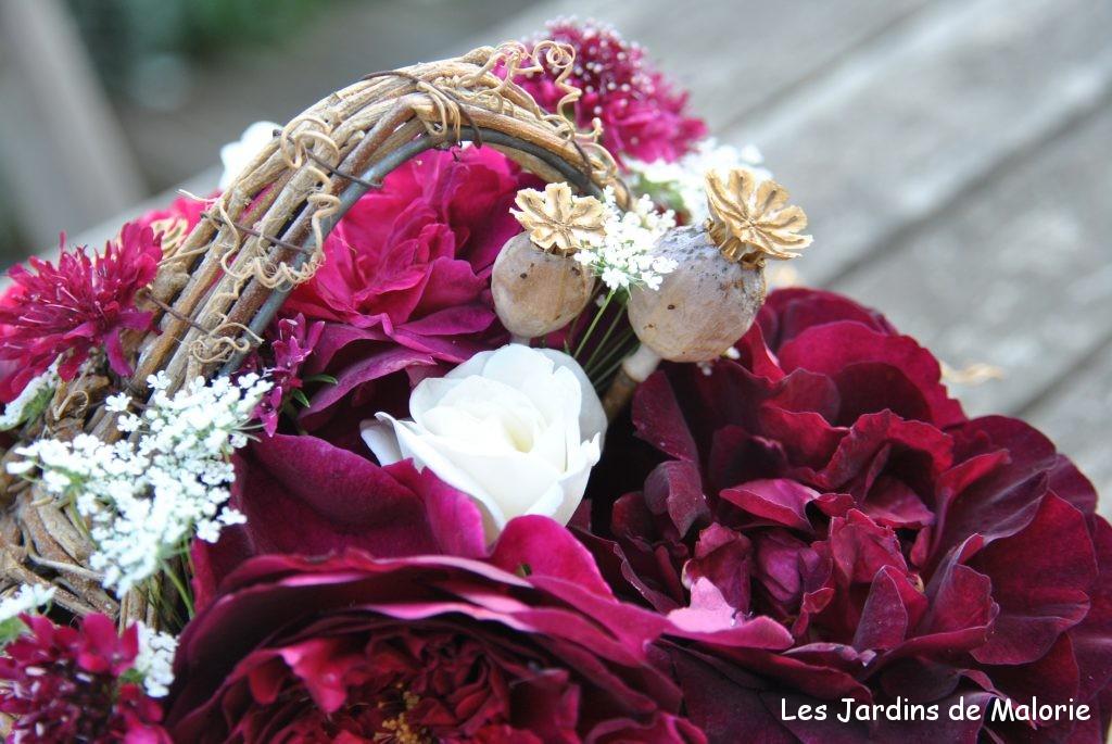 montage floral réalisé avec rosa 'Munstead Wood' et 'Iceberg', orlaya et knautia macedonica