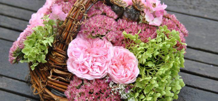Panier de roses avec des sedum